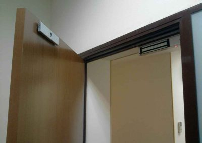 montag-sistem-kontroly-dostupa-elktromagnitnyj--zamok-na-derevanuu-dver-451l