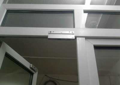 montag-sistem-kontroly-dostupa-elktromagnitnyj--zamok-na-metaloplastikovuu-dver-001l