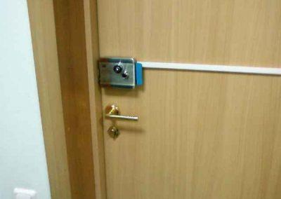 montag-sistem-kontroly-dostupa-elktromehanicheskiy-zamok-na-derevynoj-dveri