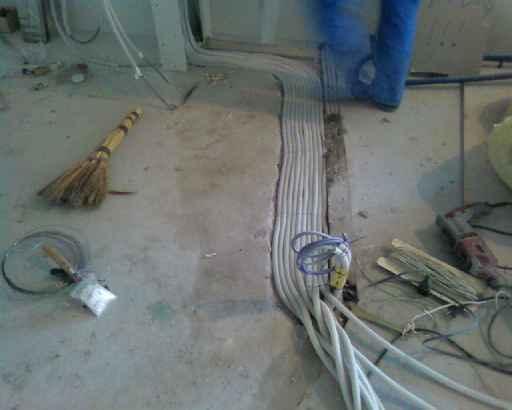 Прокладка кабелей и проводов для монтаже систем безопасности.